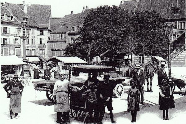 GHA - Place de la Réunion à Mulhouse : le marchand de glaces.